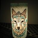 Farkas erőállat selyemlámpa, Dekoráció, Selyemfestés, Farkassal díszített selyemlámpa.  A lámpa 22 cm magas. Üveg alapú. Megfestett selymet ragasztottam ..., Meska