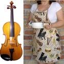 Női kötény + két fülfogó (hangszerek), Konyhafelszerelés, Edényfogó, Kötény, Varrás, Ennek a köténynek az alapja egy bézs alapszínű pamutvászon, melyen különféle hangszerek vannak.  A ..., Meska