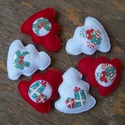 Fehér-piros fenyőfák, Dekoráció, Karácsonyi, adventi apróságok, Ünnepi dekoráció, Karácsonyfadísz, Barkácsfilc felhasználásával készült ez a 6 db-os fenyő alakú karácsonyfadísz garnitúra. ..., Meska
