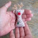 Rudolf, Dekoráció, Ünnepi dekoráció, Karácsonyi, adventi apróságok, Karácsonyi dekoráció, Decoupage, transzfer és szalvétatechnika, Varrás, Pamutvászon és Pompon felhasználásával készült, saját tervezésű rénszarvas. 8 cm nagyságú.  Kérésre..., Meska