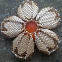 Virág medál, Ékszer, Medál, Delica gyöngyből, japán kásagyöngyből, Swarovski gyöngyből és Lunasoft caboshonból készü..., Meska