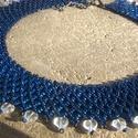 Ezüstközepű sötétkék tászli szivecske gyöngyökkel, Ékszer, óra, Nyaklánc, Gyöngyfűzés, Cseh ezüszközepű kék kásagyöngyből és szív alakú gyöngyből készült tászli. Szélessége: 3 cm Hosszús..., Meska