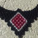 Fekete-bordó nyakék, Ékszer, Nyaklánc, Gyöngyfűzés, Fekete nyakék, középen 3 mm-es csiszolt gyöngyökből fűzött díszítéssel.  A kásagyöngy fekete színű...., Meska