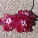 Színátmenetes bordó virágos nyaklánc, Ékszer, Nyaklánc, Merev nyakláncalapra fűzött virágokból álló nyaklánc. Hossza: 46 cm., Meska