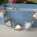 Szives karkötő, Ékszer, óra, Karkötő, Ékszerkészítés, Ezüst színű szív alakú formákat fűztem, amit fehér opal színű kövekkel diszítettem., Meska