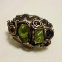 Olivin freeform gyűrű, A gyönyörű zöld olivin ásványokat rézzel fo...