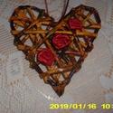 Szivecske., Szerelmeseknek, Mindenmás, 14 cm -magas szívecske. Benne 3db-selyem szalagból piros rózsa. Festve lakkozva. Drót és papírból ké..., Meska