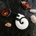 koru (spirál) , Ékszer, Medál, Nyaklánc, Ékszerkészítés, Csontból készült medál.  Méret: 3 x 3,5 cm. A maori kultúrában a koru a kibomló páfránylevelet szim..., Meska