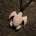 maori teknős , Ékszer, óra, Medál, Nyaklánc, Ékszerkészítés, Az óceáni teknős a termékenységet és a hosszú életet szimbolizálja a maori kultúrában.  Méret: 4x4cm, Meska