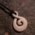 Twist-koru medál, Ékszer, Medál, Nyaklánc, Ékszerkészítés, Csontból készült medál. A két legkedveltebb maori szimbólum egyesítésével készült medál. A Twist ké..., Meska