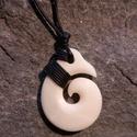 koru (spirál), Ékszer, Medál, Nyaklánc, Ékszerkészítés, Csontból készült medál.  Méret: 3 x 3,5 cm. A maori kultúrában a koru a kibomló páfránylevelet szim..., Meska