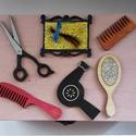 Fadoboz fodrász kellékekkel díszítve, Dekoráció, Otthon, lakberendezés, Tárolóeszköz, Doboz, Famegmunkálás, Festett tárgyak, 18x17x7 cm-es fadoboz, kidomborodó fatárgyakkal díszítve.  Bármilyen színben, a kis táblán feliratt..., Meska