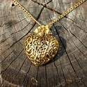 Aranyszívű nyaklánc, Ékszer, óra, Nyaklánc, Ékszerkészítés,  Arany színű láncból és áttört díszes-kacskaringós aranyszín medállal készült csillogóan elegáns ny..., Meska