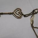 Szívek kulcsa, Ékszer, óra, Nyaklánc, Ékszerkészítés, Hosszú, nikkelmentes réz színű láncon, igazgyöngyök sorakoznak, végén pedig egy nagy (7*3cm) szíves..., Meska
