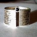 a folyó két partja, Ékszer, Gyűrű, 925 ezr.-es ezüst gyűrű,közepén egy fekete 3 mm-es ónixszal. A gyűrű 10 mm széles ,erőteljesen megma..., Meska