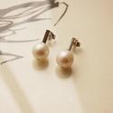 vidám darabok tenyésztett gyöngy, Ékszer, Fülbevaló, Rohangálós fülbevalók tenyésztett gyöngyös  darabja. 9 mm-es fehérédesvízi tenyésztett gyöngyöt fogl..., Meska