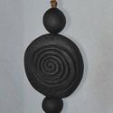 Spirális faragással díszített kerámia nyaklánc, Ékszer, óra, Nyaklánc, Kézzel készült egyedi, mázatlan fekete kerámia nyaklánc faragott motívummal.  Munkáimhoz a n..., Meska