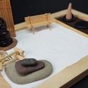 Zen kert  - Buddha paddal és füstölővel, Mini Zen kert, amit egy 18 x 13 cm-es natúr képk...