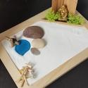 Zen kert  - Buddha tóval és csobogóval, Mini Zen kert, amit egy 18 x 13 cm-es natúr képk...