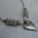 Gyöngy-ásvány nyaklánc, Ékszer, Nyaklánc, A nyaklánc központi eleme egy ezüst színű szív medál, fűzött része fényes ezüst színű kásagyöngyből ..., Meska