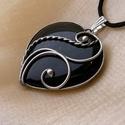 Ónix  szív medál, Ékszer, óra, Medál, Nyaklánc, Ékszerkészítés, Fémmegmunkálás, Saját tervezésű egyedi kézműves alkotás.  A medál Tiffany technikával készült ónix és ólommentes, e..., Meska