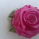 rózsa kitűző, Esküvő, Ékszer, Hajdísz, ruhadísz, Bross, kitűző, Mint a rózsák nagy kedvelője, nekiláttam, hogy hasonmását megmintázzam.   Hajtogattam, kézzel varrta..., Meska