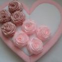 szívdekor rózsákkal, Dekoráció, Esküvő, Ünnepi dekoráció, Dísz, Egy hungarocell szív formát vontam be fehér és rózsaszín anyaggal és azt díszítettem rózsákkal.Gombo..., Meska