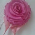 rózsa kitűző, Esküvő, Ékszer, Hajdísz, ruhadísz, Bross, kitűző, Ékszerkészítés, Varrás, Mint a rózsák nagy kedvelője, nekiláttam, hogy hasonmását megmintázzam.   Hajtogattam, kézzel varrt..., Meska