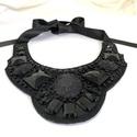 Feltűnő egyedi fekete nyaklánc fekete strasszokkal kivarrva kézműves nyakék, Elegáns fekete kézműves nyakék.  Fekete gyöng...