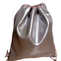 Ezüst gym bag, Táska, Válltáska, oldaltáska, Hátizsák, Fényes ezüst textilbőr gym bag, lazac színű felső résszel. Mérete kihúzva: kb 38*40 cm, Meska