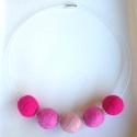 A rózsaszín 3 árnyalata nemezgolyós nyaklánc, Ékszer, óra, Nyaklánc, Rózsaszín árnyalataiból készült nyaklánc nemezgolyókból vékony sodronyon. A nemezgolyók átmérője kb...., Meska