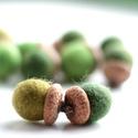 Zöld nemezmakk - 10 db, Ékszer, óra, Nyaklánc, 10 db makk egy csomagban  A zöld a természetnek, a tavasznak, a növekvő életnek a színe. A zöld kieg..., Meska