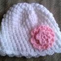 Fehér horgolt kislánysapka rózsaszín viágdísszel, Baba-mama-gyerek, Ruha, divat, cipő, Gyerekruha, Kisgyerek (1-4 év), Fehér, horgolt kissapka rózsaszín rávarrt virágdísszel. Méretei: Fejbúbtól mért magasság: 16 cm, fej..., Meska