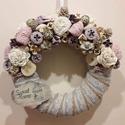 Tavaszi kopogtató - sweet home, Dekoráció, Otthon, lakberendezés, Dísz, Ajtódísz, kopogtató, Virágkötés, 20 cm juta szalaggal bevont szalma alapra készült. Rózsaszín, lila, fehér virágokkal és termésekkel..., Meska