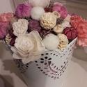 Tavaszi asztaldísz, Dekoráció, Otthon, lakberendezés, Dísz, Asztaldísz, Virágkötés, Lyukacsos fém kaspóba készült asztaldísz. Virágokkal, zuzmóval, termésekkel díszítettem, rózsaszín-..., Meska