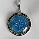 Kék mandalás nyaklánc, Ékszer, Nyaklánc, Saját tervezésű mandalám nyomatát ábrázoló nyaklánc nikkel mentes, antik ezüst színű ékszeralapban. ..., Meska
