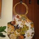 Virágos RETRO táska, kerek füllel, Táska, Válltáska, oldaltáska, Szatyor, Ez a táska fehér alapon sárga-zöld-barna virágos vászon anyagból készült. Fogója sárga, k..., Meska