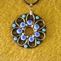 Kéknefelejcs medál, Ékszer, Medál, 5 cm , fekete alapra nefelejcs virágokat tettem. A virágok virágszirom szerűen helyezkednek el.A kör..., Meska