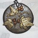 Borostyános medál, Ékszer, Medál, 5 cm átmérőjű, kerek, fekete, repesztett felületű alapra, borostyános mintát tettem. A repes..., Meska