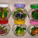 Gyümölcsözön fűszertartó szett, Konyhafelszerelés, Fűszertartó, 6 db, öblös, elől-hátul lapos, színes műanyag tetőkkel ellátott fűszertartó üvegekre a fedél színéne..., Meska