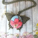Vintage pillangó - akció -20%, Ékszer, Nyaklánc, Medál, Pillangós tavaszi medál virágos gombbal vintage stílusban. Az antik bronz medálba 20 mm virágo..., Meska