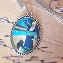 Kalapos hölgy vintage nyaklánc, Ékszer, Nyaklánc, Medál, Üveglencsés technikával készült 30*40 mm antik ezüst medál kb 65 cm nyakláncon., Meska
