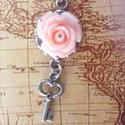 Mini rózsás kulcs nyaklánc, Ékszer, Medál, Nyaklánc, 10 mm antik ezüst alapban rózsa cabochon pici kulcs charm-al díszítve. Az ár a medálra vonatko..., Meska