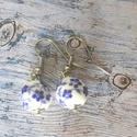 Kék virágos porcelángyöngy fülbevaló, Ékszer, Fülbevaló, 12 mm porcelángyöngyből készült akasztós fülbevaló nikkelmentes fém részekkel. , Meska