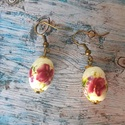 Ovális porcelángyöngy fülbevaló, Ékszer, Fülbevaló, 13x18 mm ovális virágos porcelángyöngyök akasztós fülbevalóként. , Meska