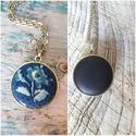 Kékfestő makaron, Ékszer, Medál, Nyaklánc, Kétoldalú 25 mm medál egyik oldalán kék virágos, másik oldalon fényes hatású sötétkék textilgombbal ..., Meska
