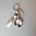Díva New Yorkban - üveglencsés kulcstartó, Mindenmás, Kulcstartó, Üveglencsés technikával készült 35 mm medál kulcstartón jade és hematit ásványgyöngyökke..., Meska