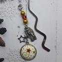 Csillagok között az angyal- textilgombos könyvjelző, Naptár, képeslap, album, Könyvjelző, Ékszerkészítés, 8.5 cm hosszú ezüst színű könyvjelző 20 mm csillagos gombbal gyöngyökkel és charmokkal diszítve. Ki..., Meska