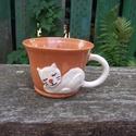 Cicafigurás bögre, macskás csésze, cappucinos csésze, Konyhafelszerelés, Bögre, csésze, Kerámia, Korongolt cappuccino-s csészike, kézzel formázott macskafigurás rátéttel. A bögre füle maga a kacsk..., Meska