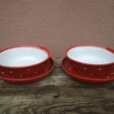 Piros pöttyös tányér szett, étkészlet 2 személyre, Konyhafelszerelés, Öblösebb formájú korongolt tányér szett, formájából adódóan a mélytányér gulyásos-leveses, a lapostá..., Meska